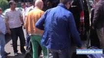 Des taxis empêchent un VTC de charger un groupe de touristes étrangers