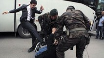 Strage miniera, consigliere Erdogan prende a calci dimostrante