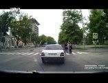 VIDEO Asa ceva nu ai mai vazut in Moldova Ce fac doi barbati care coboara dintr-un taxi in fata unei treceri de pietoni din capitala