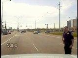 Un policier aide des canards à traverser la route... La famille!!!!