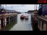 Remorquage et sortie de l'eau du Mercenaire dans le port de Lorient