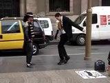 Enorme battle improvisé entre un mormon et un danseur de rue à Barcelone