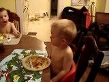 Petit enfant trop mignon s'endort en mangeant des pattes!