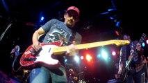 Brad Paisley prend la GoPro d'un spectateur et joue de la guitare avec