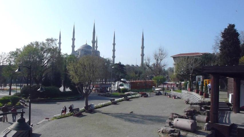 Devant la mosquée bleue