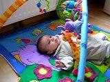 Maëlle sur son tapis d'éveil