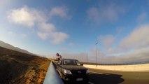 Sauter d'un pont depuis un 4x4 en route! Base Jump de dingue...