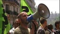 Des cheminots grévistes manifestent de Bercy au siège du Parti socialiste