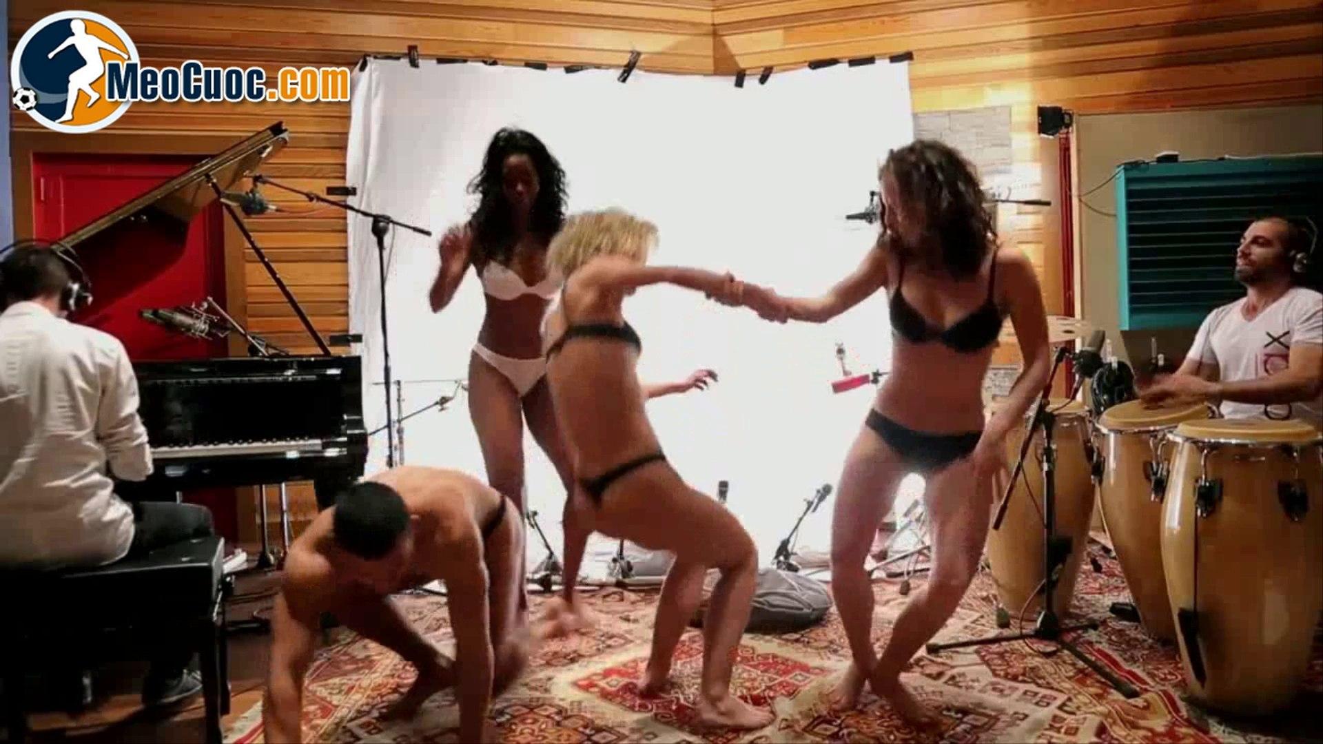 Chơi nhạc bằng nhạc cụ ngực và mông - MeoCuoc.com