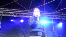 """Hélène qui chante """"J'irai"""" de Caroline Costa"""