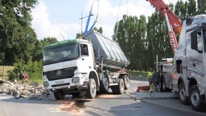 Rousies : Un camion se couche sur le rond-point desservant la zone industrielle