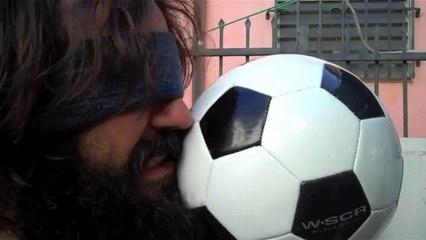 Homme Est Frappé Avec Le Football Au Ralenti