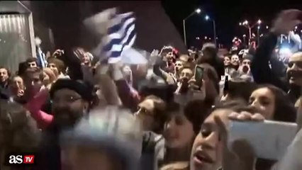 Hundreds of fans came to welcome Luis Suarez in Uruguay (World Cup 2014)