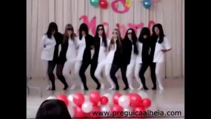 Verblüffendes Tänzchen auf der Bühne