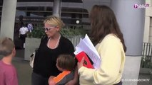 Exclu Vidéo : Sharon Stone sur un red carpet VS Sharon Stone au naturel : comment la préférez-vous ?