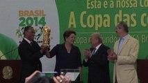 Coupe du monde: la FIFA présente le trophée au Brésil