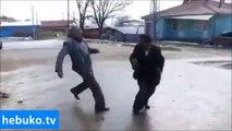 Dedelerden sokak kavgası! Ama komik bir kavga!