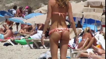 Aida Yespica a Formentera con figlio e fidanzato: sulla spiaggia lato B da urlo