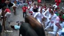 Course folle avec les taureaux dans les rues de Pampelune