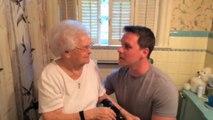 Il rase sa barbe pour les 100 ans de sa grand-mère!