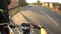 Accident de moto de dingue, le gars fini sur le toit de la voiture après le choc!