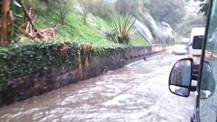 TÉMOINS BFMTV : Balade en voiture dans les rues innondées de Rio de Janeiro