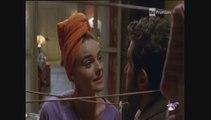 Flavio Insinna e Christiane Filangieri litigano in mezzo al bucato steso in Ho sposato uno sbirro
