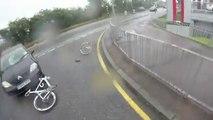 Enorme crash d'un vélo contre une voiture : Face à face violent!