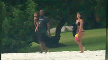 Kim Kardashian, Kanye West, y su amorosa familia en la playa