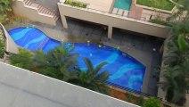 Il saute dans une piscine depuis le toit d'un immeuble ! a voir