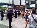 Arrestation violente d'un homme déguisé en Spider-man par les officiers de la NYPD