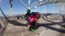 Figure de stunt moto par un couple