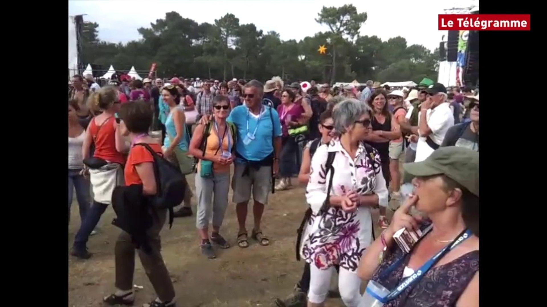Bout du Monde. La fanfare Gangbe Brass Band sur la prairie de Landaoudec