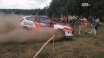 Une voiture de rallye percute deux hommes