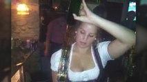 Une serveuse danoise a une manière bien particulière de servir les shots