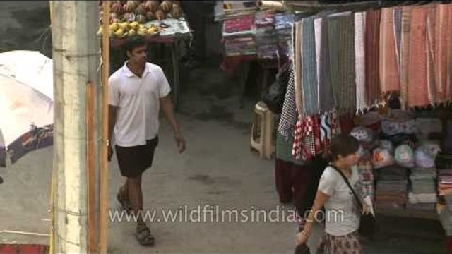 Tourists and locals shopping at Paharganj