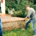 Un sniper de fou s'entraine dans son jardin