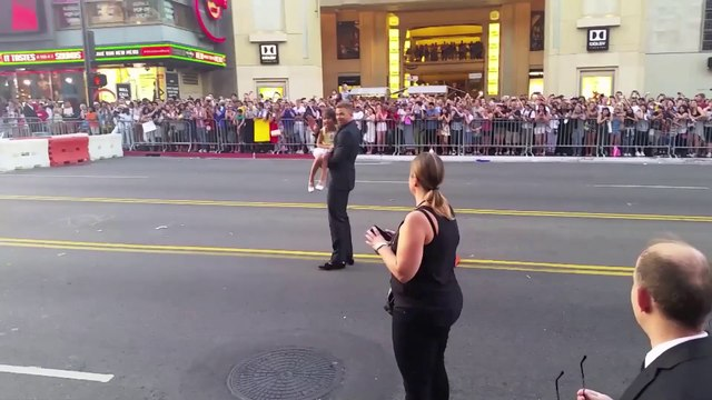 Kellan Lutz Lets Little Girl Steal the Show at The Expendables 3 Premiere - Watch Online