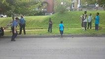 Un policier fait une battle de danse dans la rue