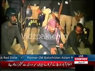 Islamabad Policeman singing during Revolution & Azadi March towards Red zone