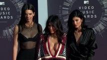 Die Kardashian Schwestern werden dafür kritisiert, dass sie in einer Schweigeminute getextet haben