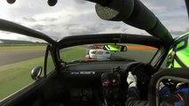 Un pilote de course vient plier le rétroviseur de son adversaire en pleine course.