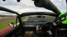 Pilote de voiture de course contrôlée par la main d'un autre Racer