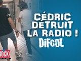 Cédric détruit la radio pendant une partie de foot avec l'équipe !