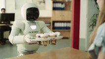 Le robot Honda Asimo drague les jolies filles