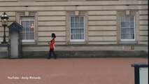 Un garde du palais de Buckingham fait un peu d'originalité