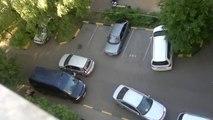 Une femme au volant sur parking...