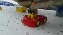 Assembler des Legos avec une tractopelle