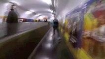 Il se ballade dans les métros de Paris en rollers
