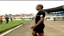 Ecuador, l'arbitro conta i soldi e ritarda la partita